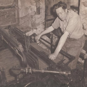 harris-tweed-authority-archive-man-on-loom